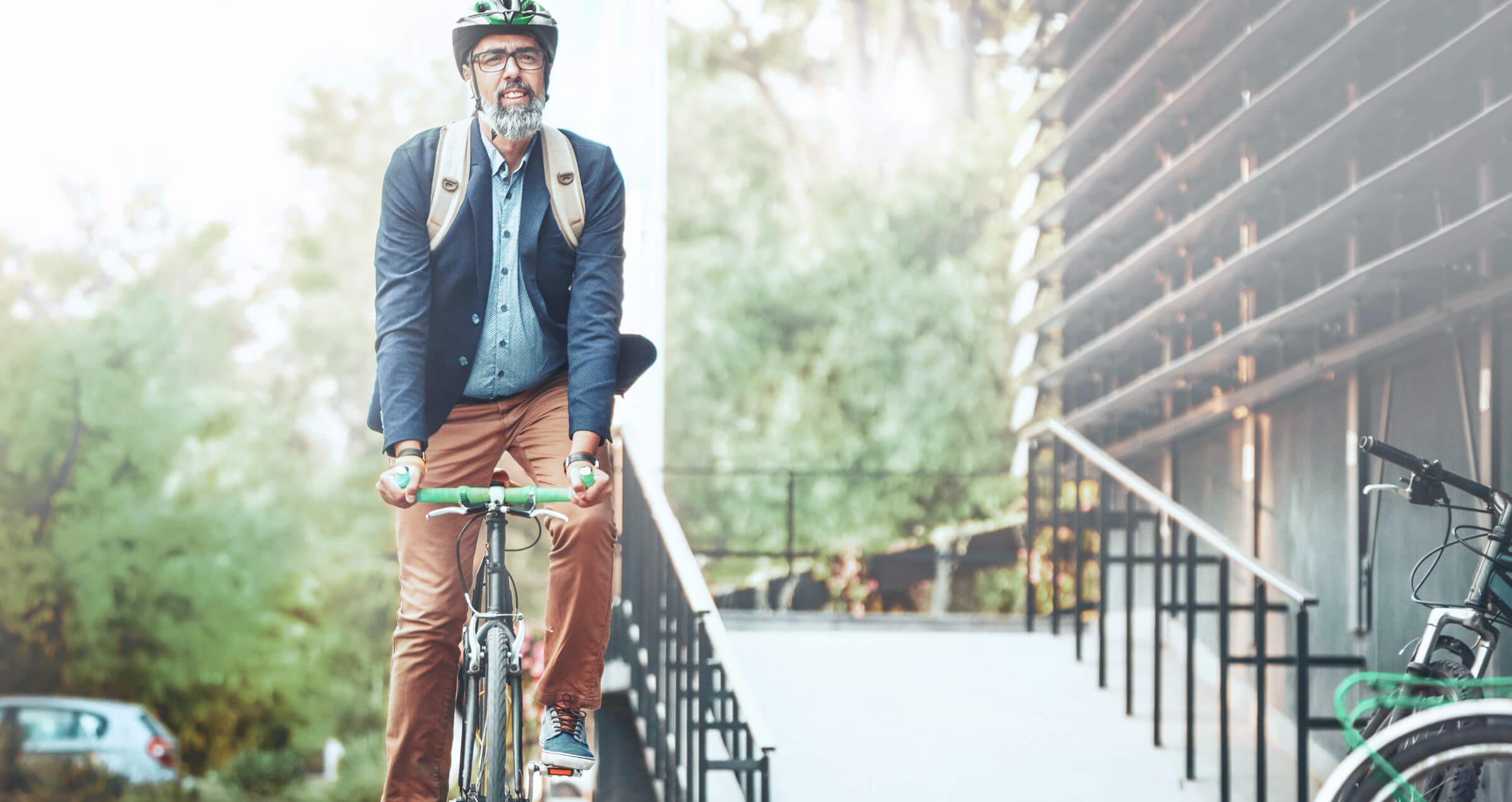 Zadowolony klient LYNX cieszący się wolnym czasem na rowerze i korzyściami rachunku inwestycyjnego