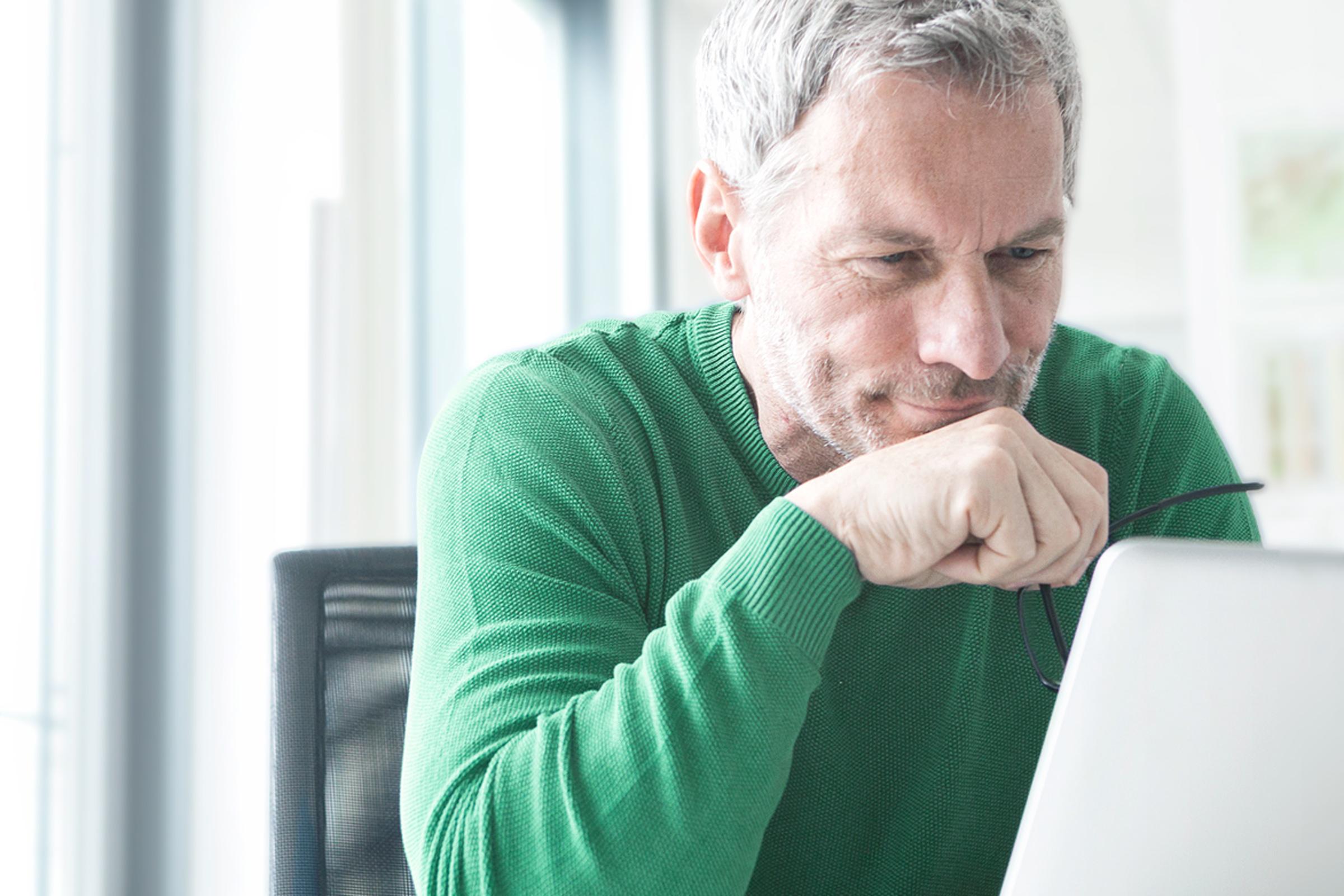 Inwestor porównuje na laptopie najlepszych brokerów w Polsce