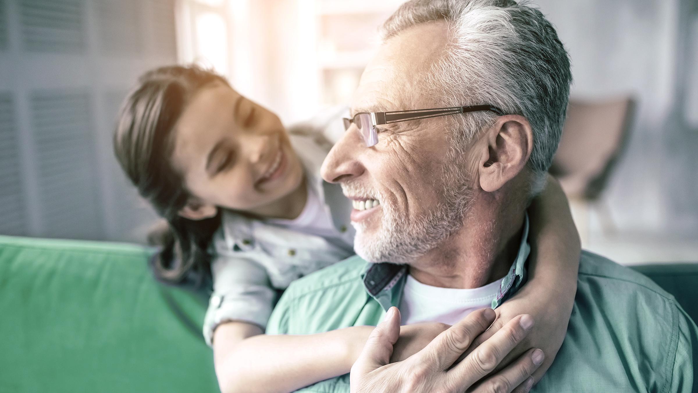 Starszy klient LYNX z wnuczką radującą się z łatwego otwarcia rachunku inwestycyjnego