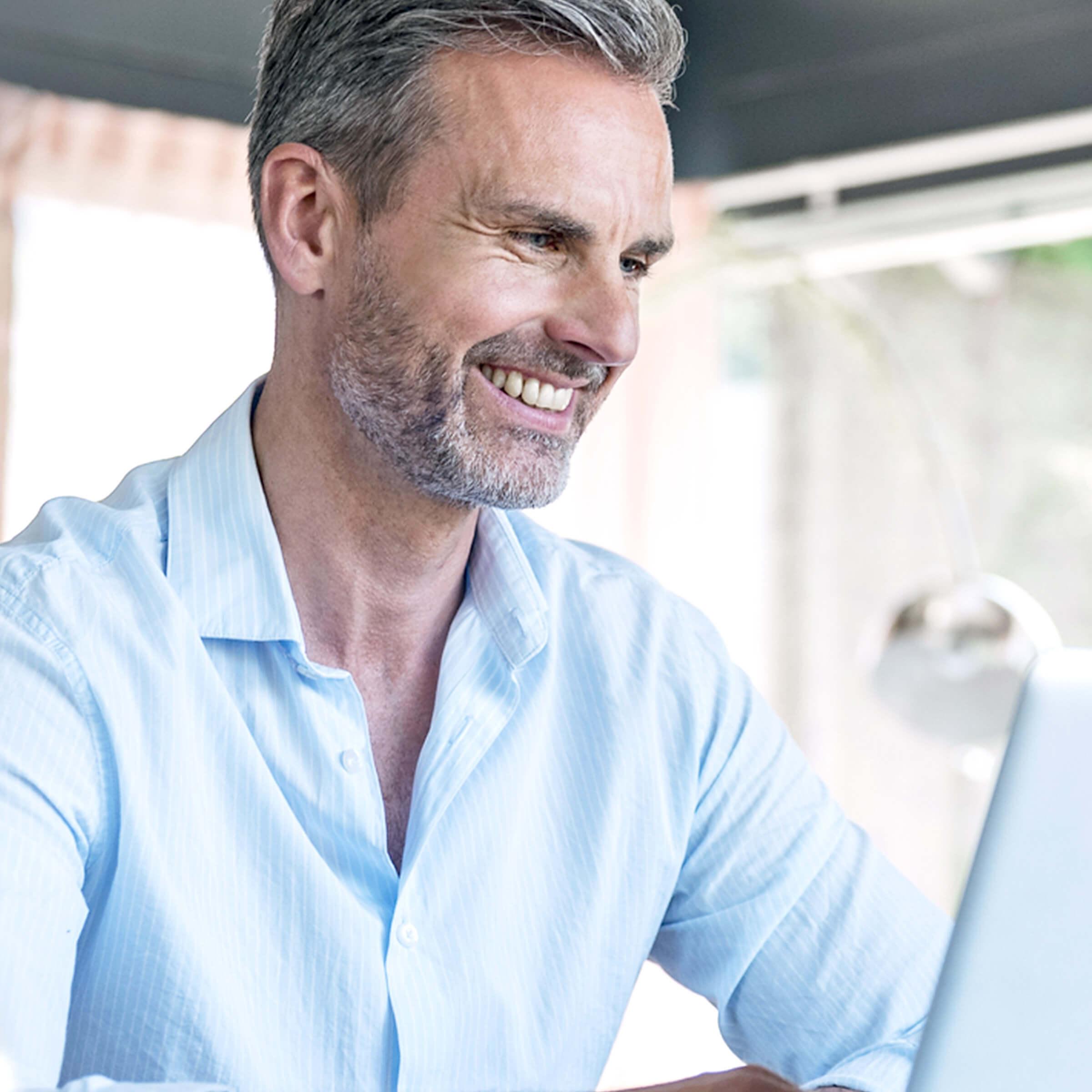 Zadowolony klient LYNX, który wykorzystuje narzędzia handlowe do efektywnego handlu na giełdzie