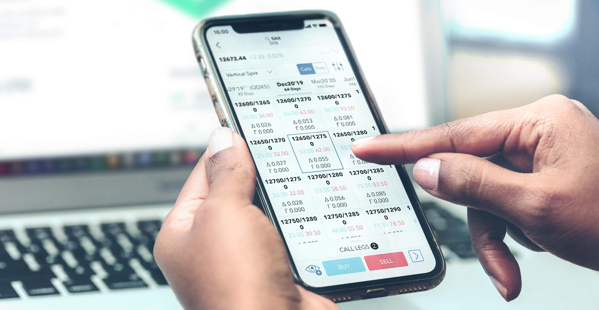 Telefon komórkowy z otwartą aplikacją do handlu