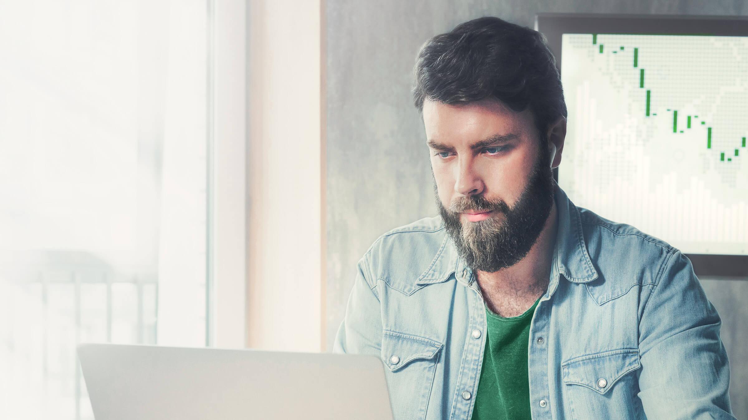 Inwestor i klient LYNX handlujący parami walutowymi na laptopie