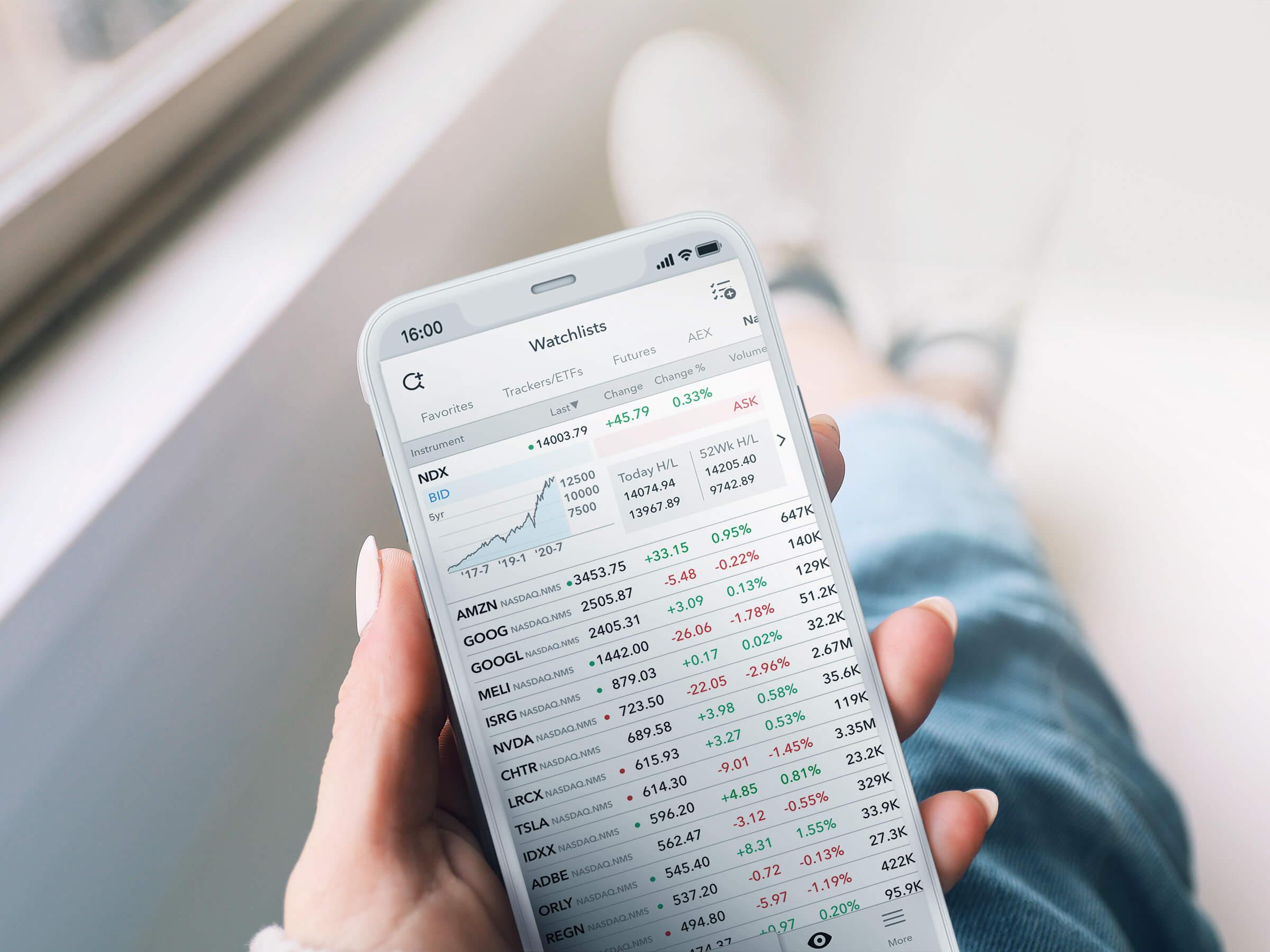 Aplikacja handlowa LYNX Trading na iPhone'a z otwartą listą obserwowanych najlepszych akcji