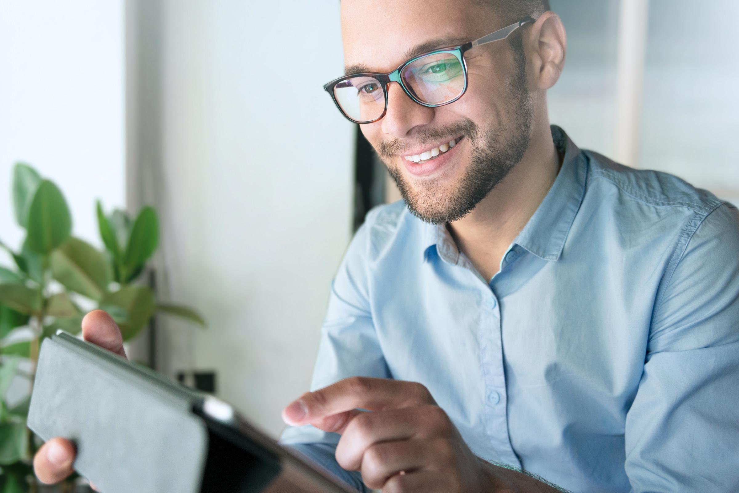 Skuteczny inwestor i klient LYNX poszukujący informacji o akcjach na Portalu Inwestycyjnym