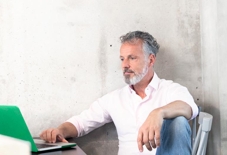 inwestor i klient handlujący na notebooku