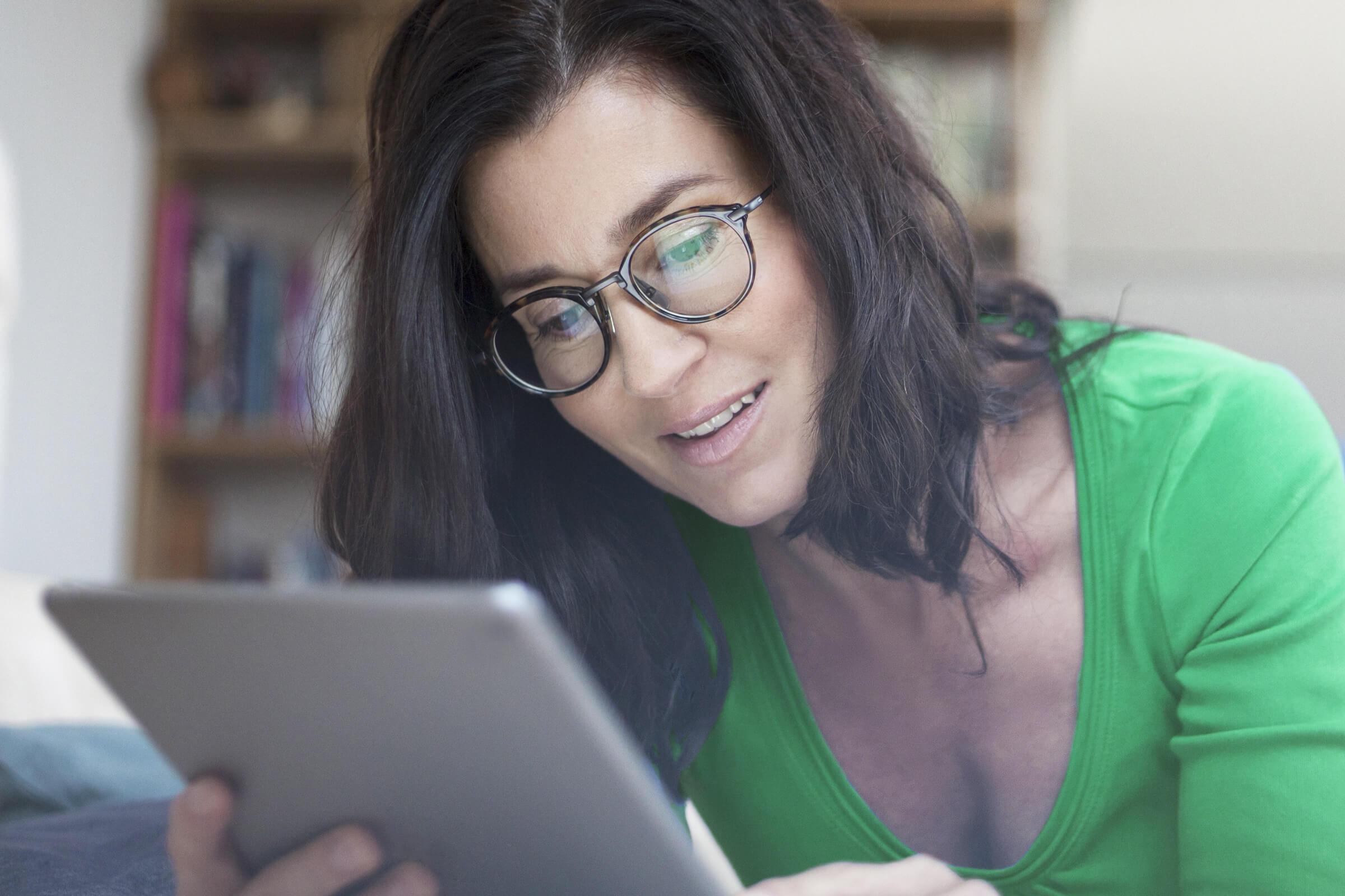 Inwestorka otwierająca rachunek za pośrednictwem brokera internetowego LYNX
