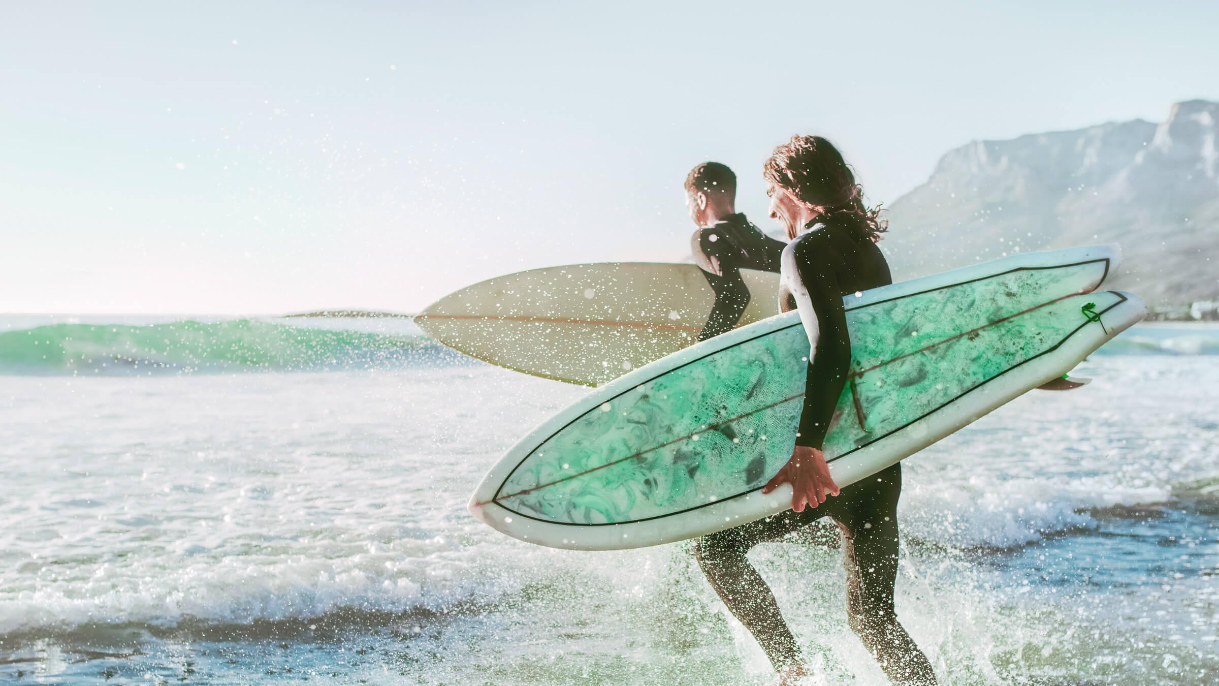 Zadowoleni klienci LYNX, którzy lubią surfować, podczas gdy ich inwestycje pracują dla nich