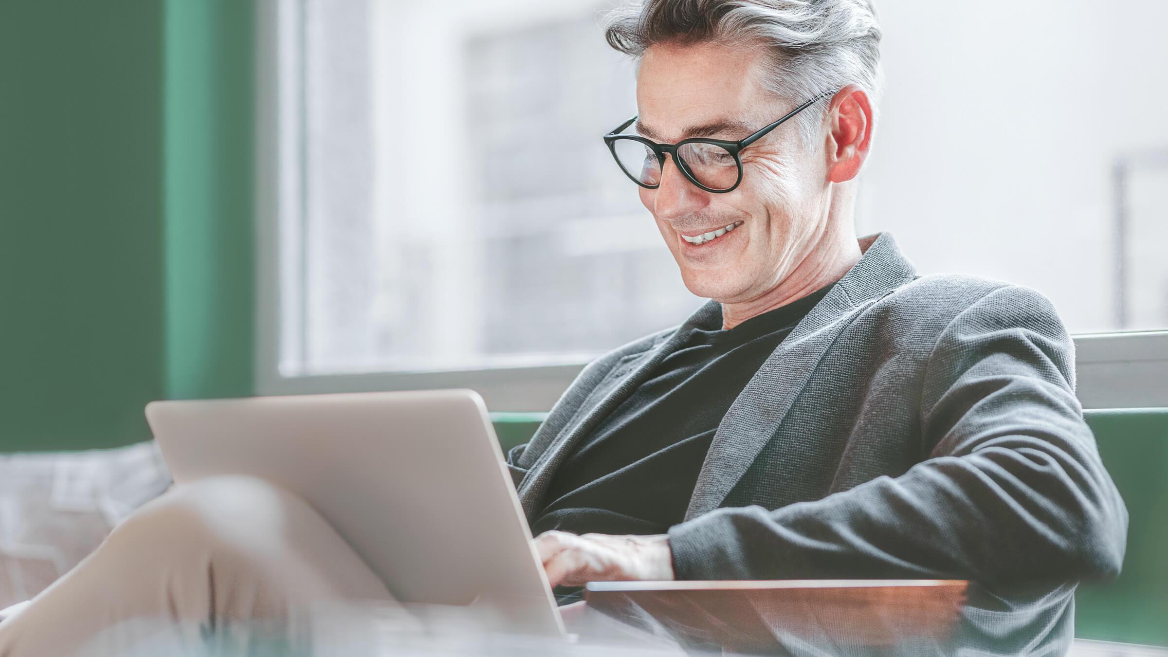 Zadowolony klient brokera online LYNX zarządzający swoim portfelem inwestycyjnym